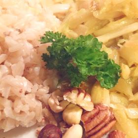 Chinese kool met kerrie en noten. Vegetarisch hoofdgerecht