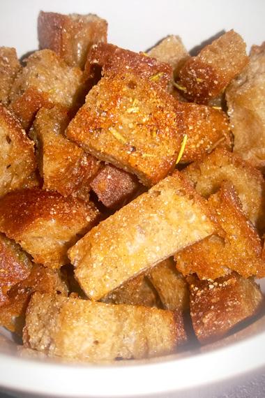 Croutons van oud brood. Tips wat doen met overgebleven brood tegen voedselverspilling