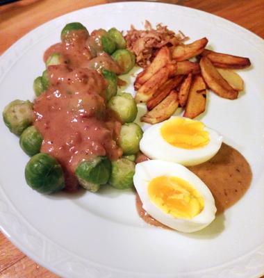 Spruitjes pindasaus hoofdgerecht met gebakken aardappelen op Vegetarisch Weekmenu