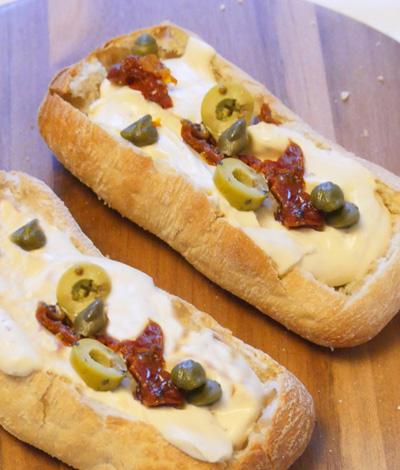 Kaasfondue in een broodje is een recept comfort food op Vegetarisch Weekmenu