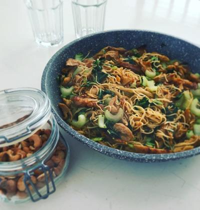 Eiermie recept van Mary Kwok met paksoi en kipstuckjes op Vegetarisch Weekmenu