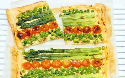 Lente plaattaart recept met asperges, erwtjes en tomaten op Vegetarisch-Weekmenu