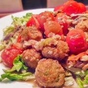 Snelle hap van vleesvervanger met sla en tomaten op Vegetarisch Weekmenu