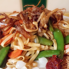 Lente bami met sugar snaps, wortelen en shiitake Lekker recept Vegetarisch Weekmenu