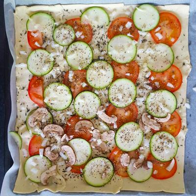 Bladerdeeg pizza  of plaatpizza oven klaar. recept op Vegetarisch Weekmenu