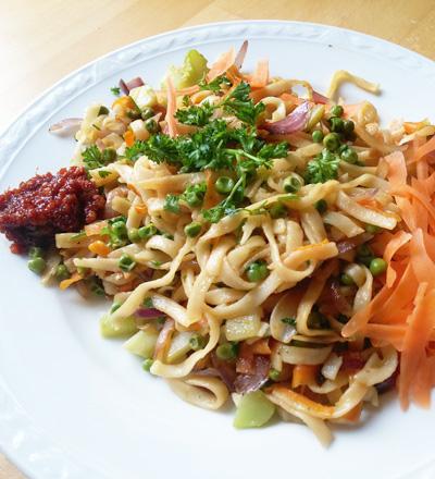 Bami met erwten en peulen vegetarisch recept.