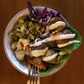 Falafel geroosterde groente tahin saus Queenie Vegetarisch weekmenu