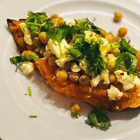 Gevulde zoete aardappel hoofdgerecht maaltijd kikkererwten feta recept Queenie flexitarier Vegetarisch Weekmenu