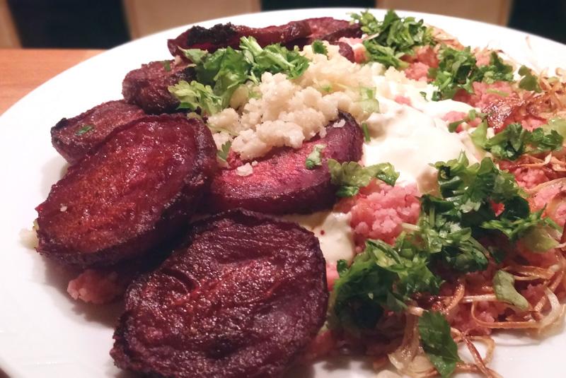 Gegrilde bieten couscous gember saus gekarameliseerde uien Vegetarisch Weekmenu