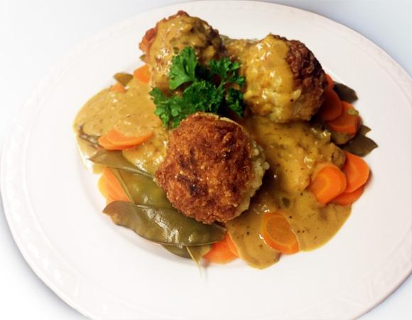 Kerst menu hoofdgerecht rijstballetjes koriander-saus peulen en wortel Vegetarisch Weekmenu