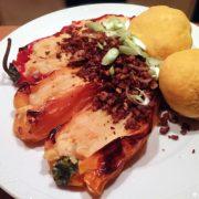 Paprika gevuld met aardappel pastinaakpuree en aardappel pompoenbrood zelf maken gerecht Vegetarisch Weekmenu