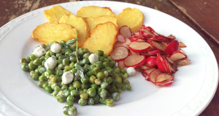 Romige doperwten radijs salade gebakken aardappelen recept hoofdmaaltijd Vegetarisch Weekmenu