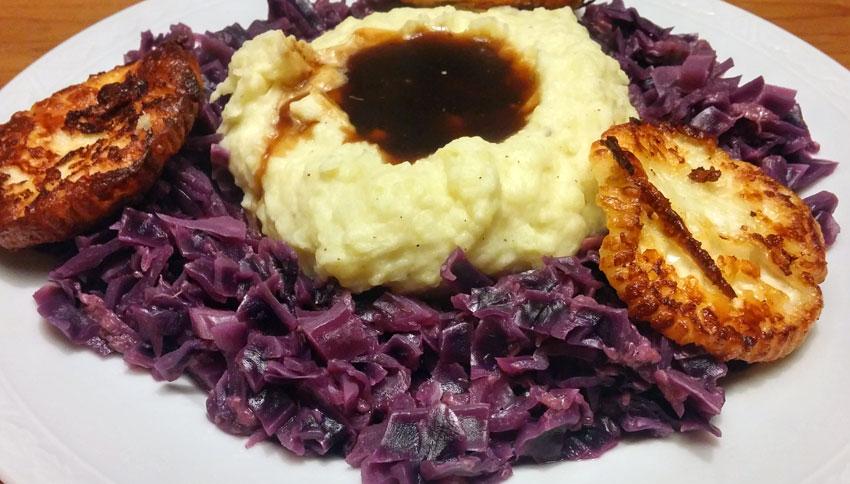 Rode kool met gebakken kaas en aardappelpuree recept Vegetarisch Weekmenu