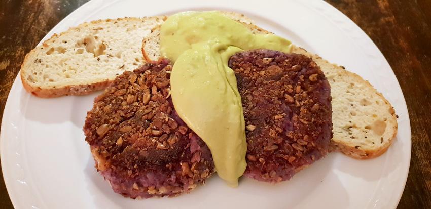 Home-made vegan groenteburgers met avocado saus vegetarisch weekmenu