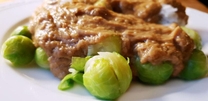 Spruiten met pindasaus en rijst recept vegetarisch weekmenu