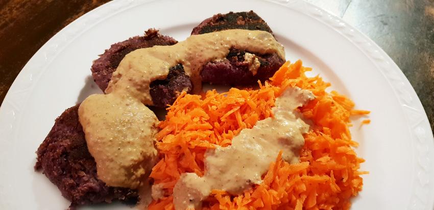 Wortelsla en pastinaak rode kool burgers met notensaus Vegetarisch Weekmenu