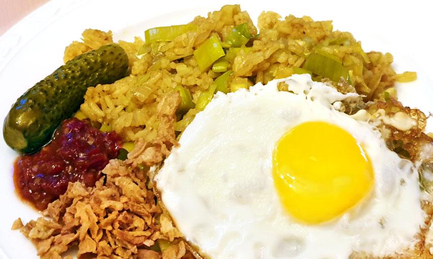 Vegetarische nasi met prei en ei