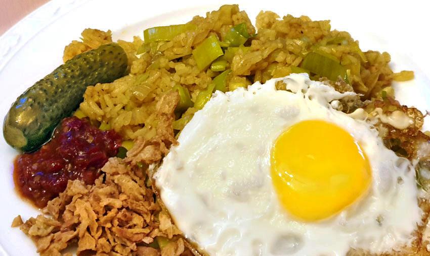 Vegetarische nasi met prei en gebakken ei